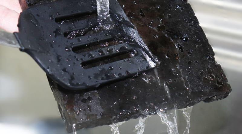 溶岩プレートを水ですすぐ